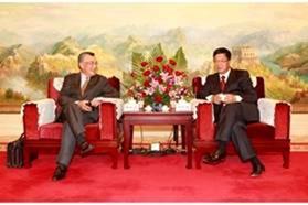 Hình 1: Lâm Tín Nghĩa – FHS (trái) gặp Thẩm Hạc Đình – MCC (phải) 12/10/2012