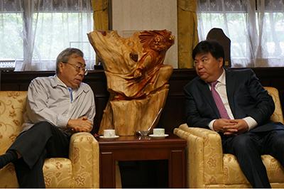 Hình 7: Vương Văn Uyên – Formosa (trái) hội đàm với Quốc Văn Thanh – MCC (phải) / tháng 4-2015