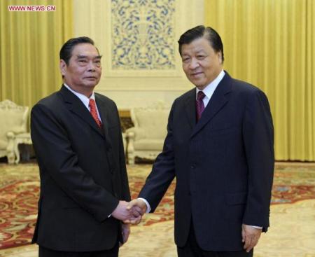 Hình 9 : Ông Lê Hồng Anh (trái) – đặc phái viên của Tổng bí thư Nguyễn Phú Trọng, bắt tay ông Lưu Vân Sơn (phải) - đại diện Thường vụ Bộ CT ĐCSTQ ngày 27/8/2014
