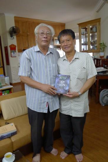Nhà văn Vũ Ngọc Tiến (bên trái)