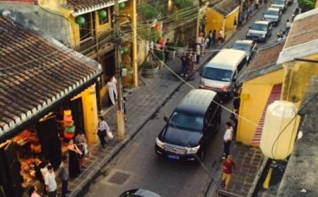 Đoàn xe của thủ tướng quần thảo phố cổ Hội An