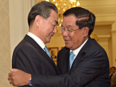 Thủ tướng Campuchia và Ngoại trưởng Trung Quốc Vương Nghị. Ảnh AFP