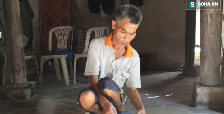 Anh Dũng bị tàn tật sống trong căn nhà nhỏ cùng đứa con trai