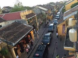 Đoàn xe ông TT Phúc đi vào phố đi bộ ỏ Hội An. Ảnh FB