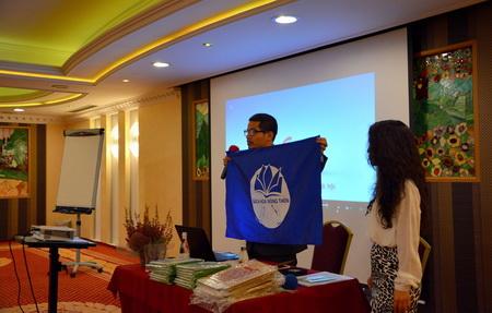 Tấm logo SHNT đã theo anh Thạch trong hành trình đi bộ xuyên Việt