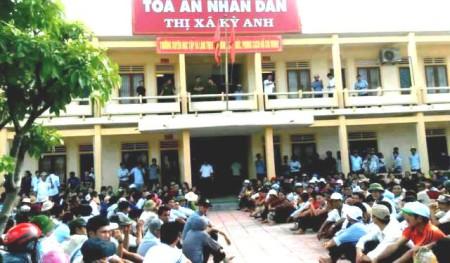 Khoảng 600 giáo dân tập trung trước cửnh để khiếu kiện