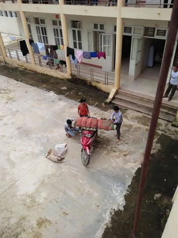 Mạng xã hội lại xuất hiện thêm hình ảnh một thi thể được bó trong chăn, chiếu, chở về nhà từ một bệnh viện ở Sơn La. Ảnh:Vnexpress