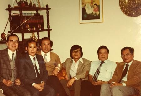 Một bức hình rất quý hiếm chụp từ 36 năm trước [10.04.1980] tại Houston, Texas; từ phải: Mặc Đỗ, Bs Trần Văn Tính, Hoàng Ngọc Ẩn, Võ Phiến, Trần Ngọc Bích, Huy Lực [bút tích ghi sau hình của Võ Phiến, tư liệu Viễn Phố]