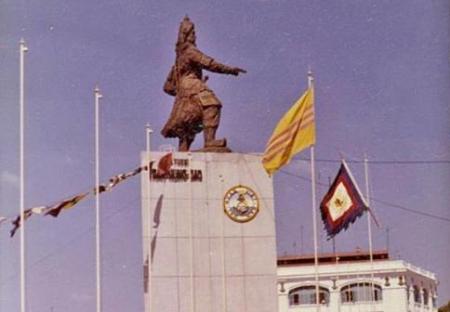 Tượng Trần Hưng Đạo tại bến Bạch Đằng, Sài Gòn trước năm 1975 (Hình Internet)