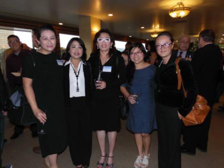 Cô Tạ Phong Tần (giữa) bên cạnh ân nhân và đồng hương. (Hình: Linh Nguyễn/Người Việt)