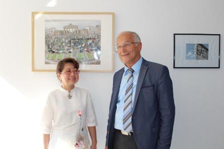 Bà Lê Thị Minh Hà, vợ Anh Ba Sàm, trong một cuộc gặp nói chuyện với ông Dân biểu Martin Patzelt tại Quốc hội CHLB Đức ngày 07.09.2016