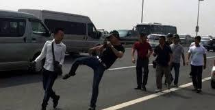 Công an đánh nhà báo trên cầu Nhật Tân. Ảnh Soha