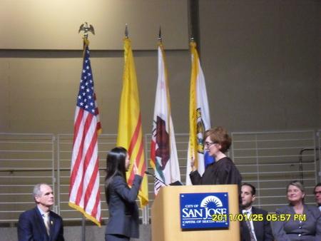 Nghị viên Madison Nguyễn tuyên thệ nhậm chức, với cờ Vàng VNCH tại tòa thị chính thành phố San Jose