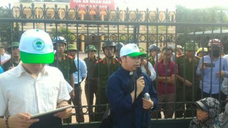 LM Đặng Hữu Nam cùng người dân đi khiếu kiện