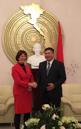 Bà Dân biểu Quốc hội Liên bang Đức Marie-Luise Dött và Đại sứ Đoàn Xuân Hưng  sau khi trao lá thư tại Đại sứ quán Việt Nam ở Berlin