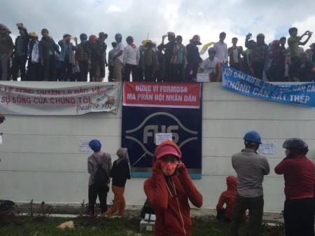 Người dân trèo vào Formosa sáng nay