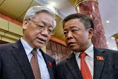 TBT Nguyễn Phú Trọng và ông Võ Kim Cự (phải), trò chuyện với nhau trước phiên khai mạc kỳ họp Quốc hội hồi năm 2014.