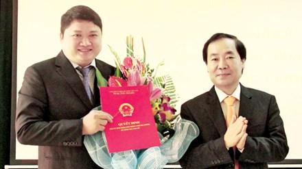 Ông Vũ Đình Duy (bên trái, cầm quyết định) tại lễ công bố quyết định bổ nhiệm làm Phó Giám đốc Sở Công Thương Hải Phòng tháng 12/2014