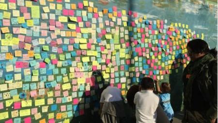 Bức tường bên quán cà-phê Peet's ở Oakland là nơi để người dân nói lên cảm xúc về kết quả bầu cử 8/11 (ảnh Bùi Văn Phú)