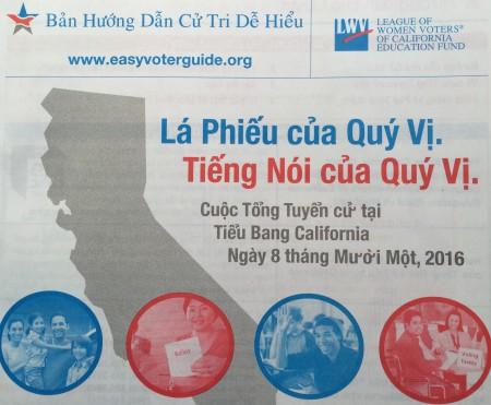 Tài liệu hướng dẫn về bầu cử 8/11 bằng tiếng Việt ở California. (Ảnh: Bùi Văn Phú)