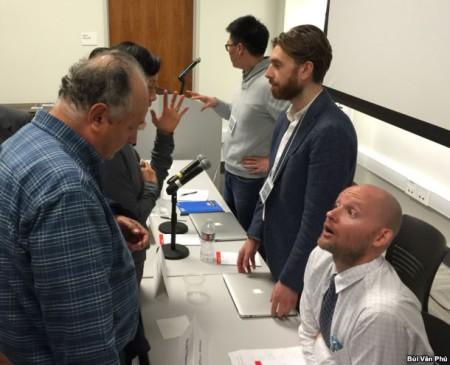 Những nhà nghiên cứu trẻ trò chuyện với khách tham dự hội thảo: Ryan Nelson, bên phải, Simon Toner và Kevin Li (ảnh Bùi Văn Phú)