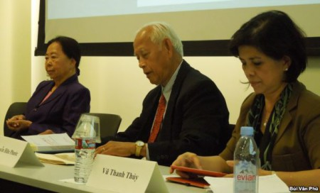 Nhà báo Vũ Thanh Thủy, bên phải, Tiến sĩ Nguyễn Hữu Phước và Tiến sĩ Võ Kim Sơn (ảnh Bùi Văn Phú)