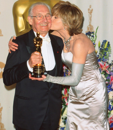 Andrzej Wajda giờ phút nhận Oscar. Ảnh Reuters