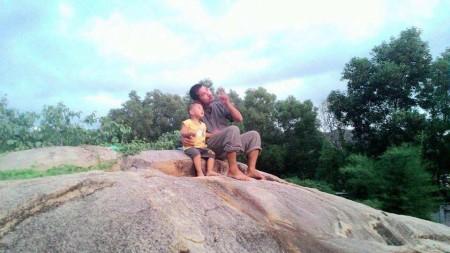 Nguyễn Hồ Nhật Thành và con trai. Ảnh FB tác giả