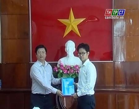 Ông Vũ Minh Hoàng (phải) thời điểm được bổ nhiệm giữ chức Phó GĐ Trung tâm xúc tiến đầu tư - thương mại và hội chợ triển lãm Cần Thơ. Ảnh VNN