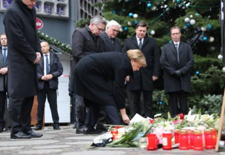 Bà thủ tướng Merkel đặt hoa tưởng niệm. Ảnh Wyborcza