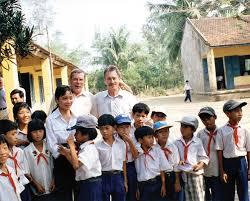 Trong chuyến trở lại Việt Nam năm 1998, kỷ niệm 30 năm sau vụ thảm sát, Colburn (phải) và Thompson (trái) ghé thăm một trường tiểu học ở Mỹ Lai (Ảnh Claro Cortes/Reuters)
