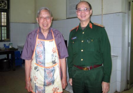 Ông Đặng Văn Lơ đã biểu diễn lại những món ăn từng phục vụ Bác Hồ. Bên cạnh là thiếu tướng Phạm Sơn Dương, con trai cố Thủ tướng Phạm Văn Đồng