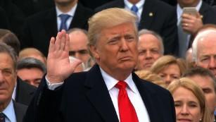 Donald Trump tuyên thệ. Ảnh CNN