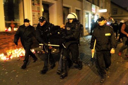 Cảnh sát bắt những kẻ gây hấn. Ảnh Newsweek