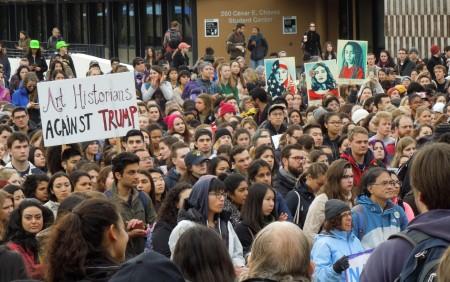 Sinh viên Đại học Berkeley xuống đường phản đối Tổng thống Donald Trump trong ngày ông nhậm chức 20/1/2017 (ảnh: Bùi Văn Phú)