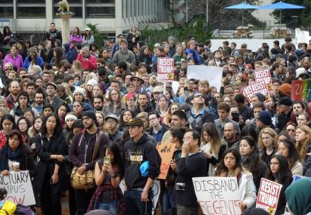 H02: Kêu gọi phản kháng chống lại Tổng thống Donald Trump (ảnh: Bùi Văn Phú)