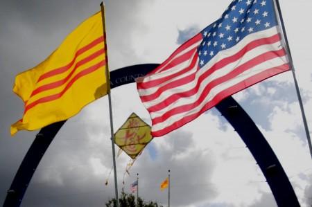 Cờ Vàng trong sinh hoạt của cộng đồng người Mỹ gốc Việt ở San Jose (ảnh: Bùi Văn Phú)
