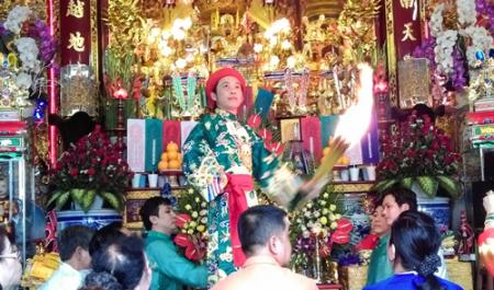 Hề Hoài Linh hầu đồng: Ảnh: Đất Việt