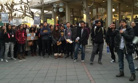 Bà Yvette Felarca, bìa phải, phát biểu khai mạc biểu tình