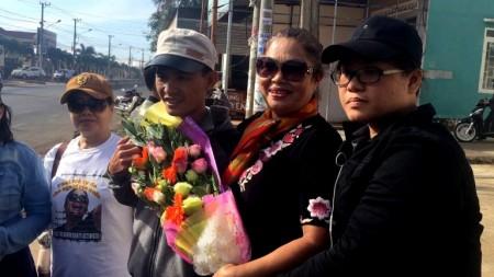 Những người bị chung vụ với bà Hằng đều đã ra tù . Từ phải sang: Bà Thuý Quỳnh 2 năm tù giam; bà Hằng 3 năm tù giam; ông Nguyễn Văn Minh 2.5 năm tù giam.
