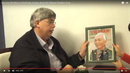 Ông Marcus Strohmeier khoe ảnh chụp ông được tiếp kiến đại tướng Võ Nguyên Giáp